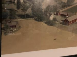 Gammelt bilde av Lerud med husmannsplassen oppe på haugen
