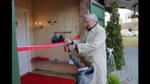 Ordfører Nils Røhne og barnebarn Theo Gudbrandsen sto for klippingen av snora